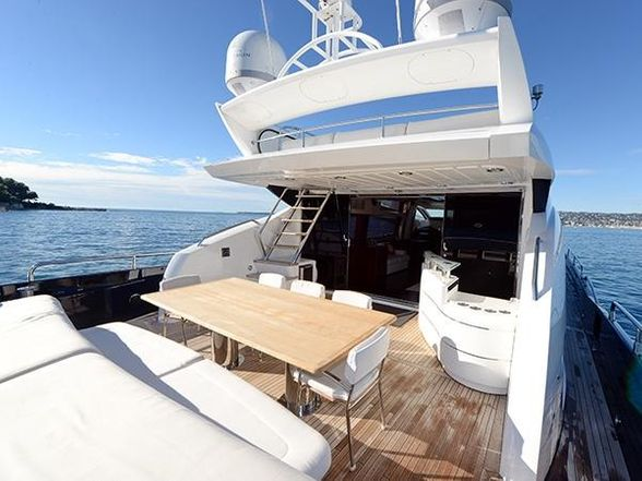 Predator-84-Yacht-Ibzia-salon-exterior