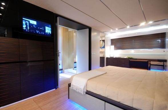 Canados-90-Yacht-Ibiza-room