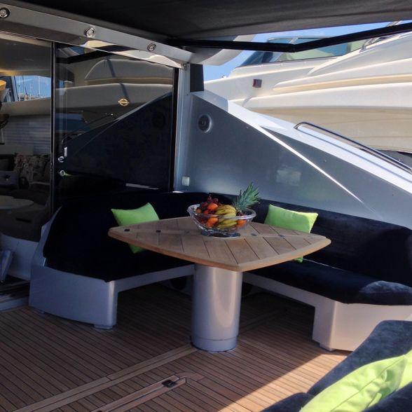 Predator-82-Yacht-Ibiza-Salon-exterior