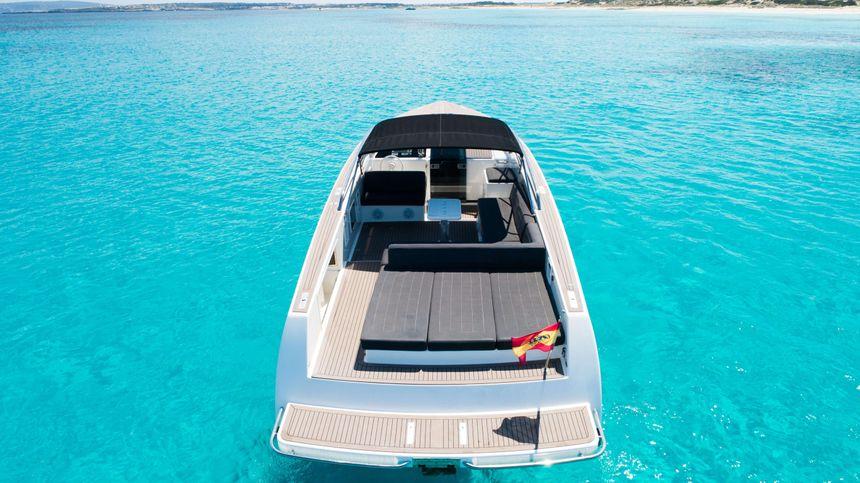 40-VAN-DUTCH-Ibiza-Rent-Modern-Yacht
