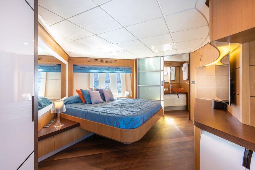 Pershing-90-Yacht-Ibiza-room