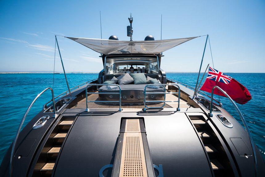 Leopard-90-Yacht-Ibiza-popa