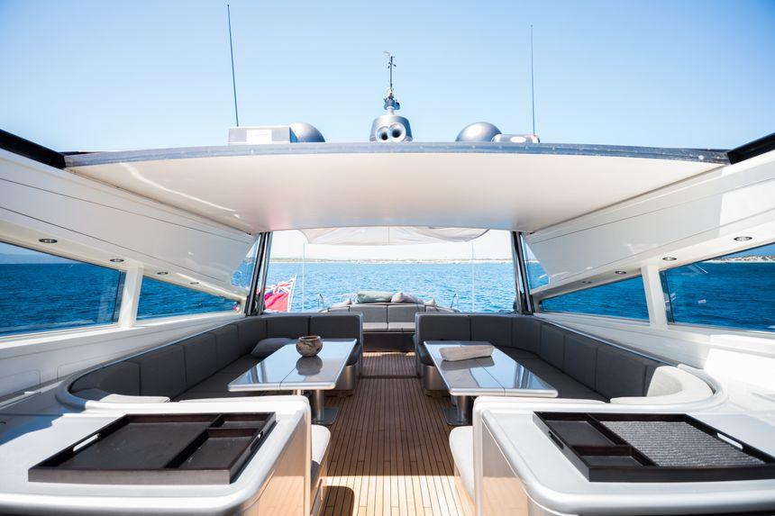 Leopard-90-Yacht-Ibiza-Salon-exterior
